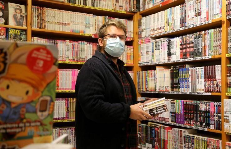 A l'intérieur de la librairie, Fabien, l'employé, s'affaire pour étoffer le rayon manga. Les commerces se préparent à l'ouverture Brignoles  Les commerces se préparent à l'ouverture  Librairie Le bateau blanc