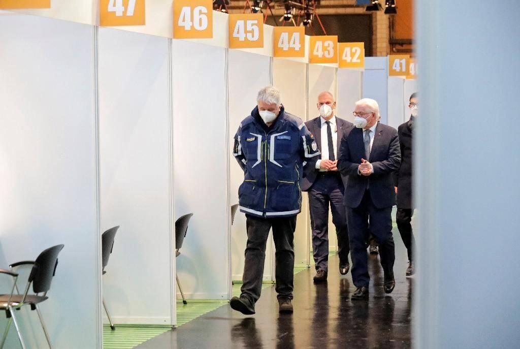 Le président allemand Frank-Walter Steinmeier (d) et Albrecht Broemme (g), chargé de superviser les centres de vaccination de la capitale allemande, visitent l'un d'entre eux, le 21 décembre 2020 à Berlin