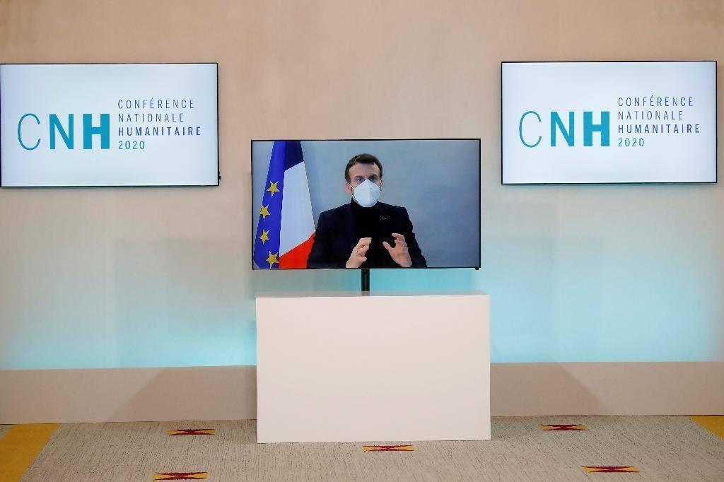 Le président français Emmanuel Macron, testé positif au Covid-19, en visioconférence pour la conférence nationale humanitaire, le 17 décembre 2020 à Paris