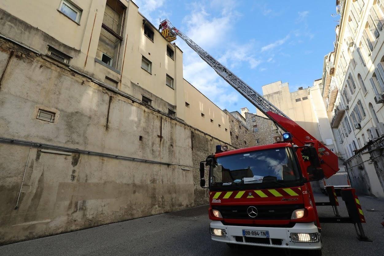 Deux sapeurs-pompiers ont été évacués vers l'hôpital.