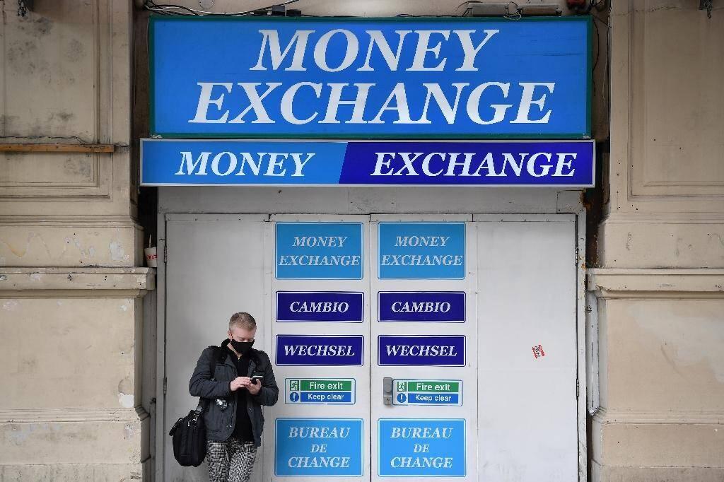Un bureau de changes à Londres, le 20 octobre 2020. La livre sterling est très sensible aux négociations liées au Brexit
