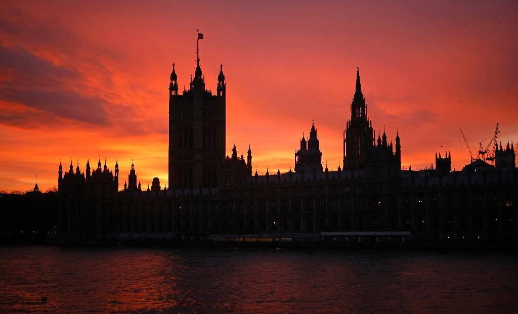 Coucher de soleil sur des monuments historiques à Londres dont le palais de Westminster, le 4 décembre 2020