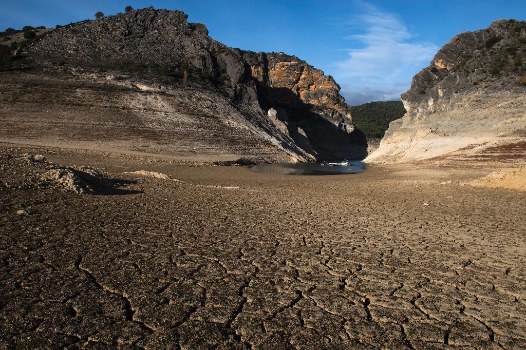 La terre craquelée en Espagne signe dun réchauffement climatique