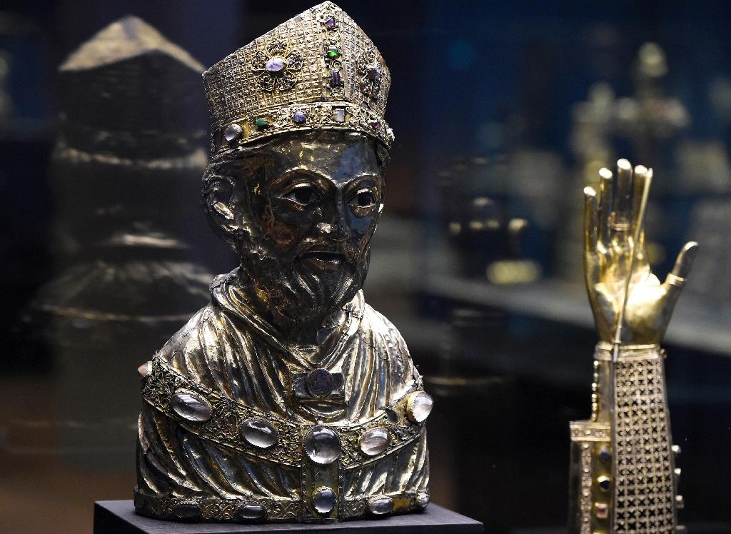 """Un buste-reliquaire de Saint Blaise appartenant au """"Trésor des Guelfes"""" exposé le 24 février 2015 au musée des arts décoratifs de Berlin"""