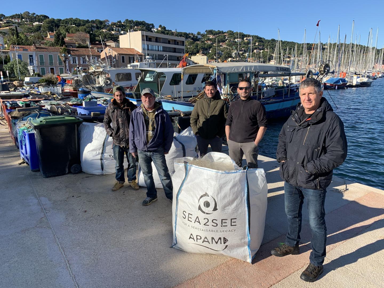 Thierry Rault (à droite), prud'homme de Saint-Mandrier, a convaincu quatre de ses collègues pêcheurs de le suivre dans l'aventure du recyclage des filets usagés.