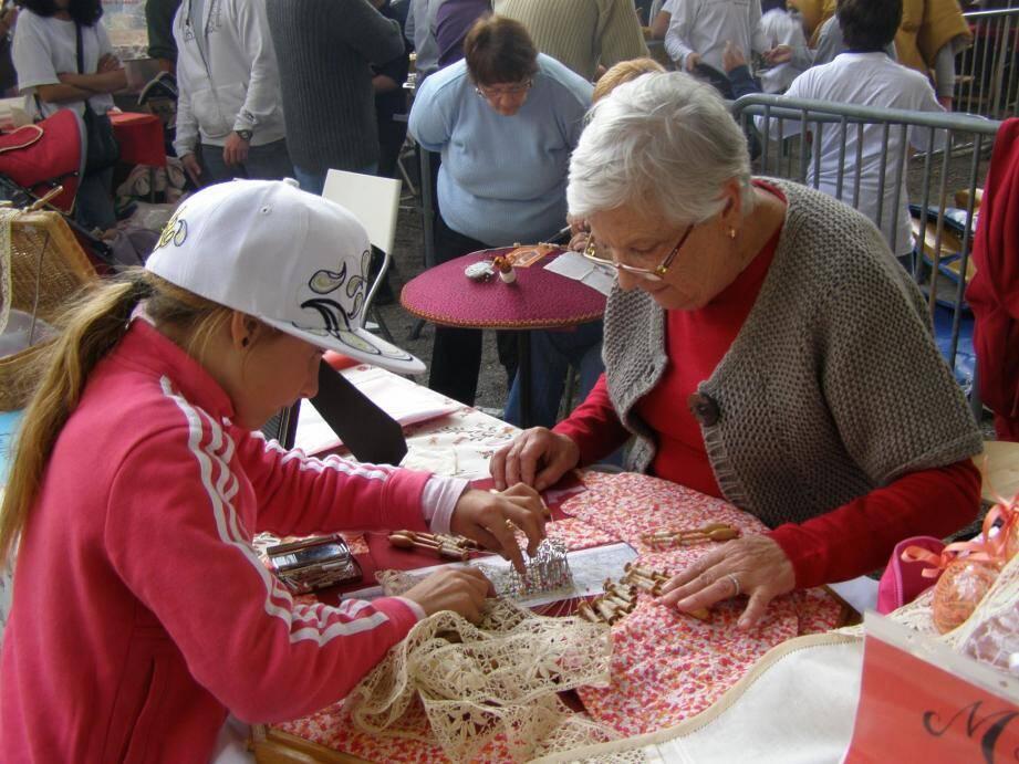 Le travail de la dentelle présenté et expliqué. Le stand de cougourdes a intrigué, amusé puis conquis les visiteurs.