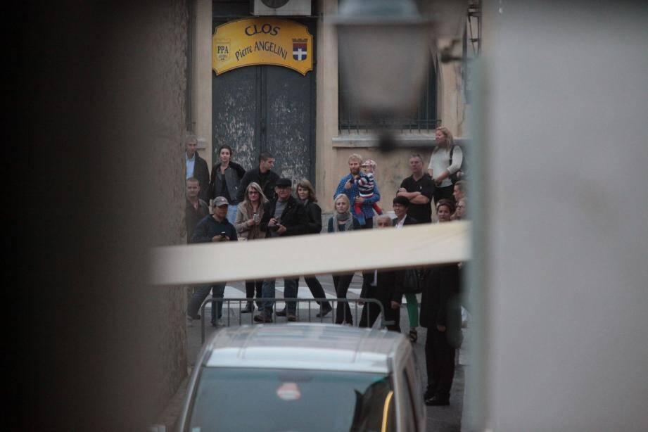 Pause cigarette électronique pour Leonardo. Et coup de chance pour moi, le cliché est dans la boite. Ci-dessous Mamo entouré de Joel Edgerton (à sa droite) et Tobey Maguire. Au bout de la rue, les badauds n'ont eu droit qu'au cortège des limousines.