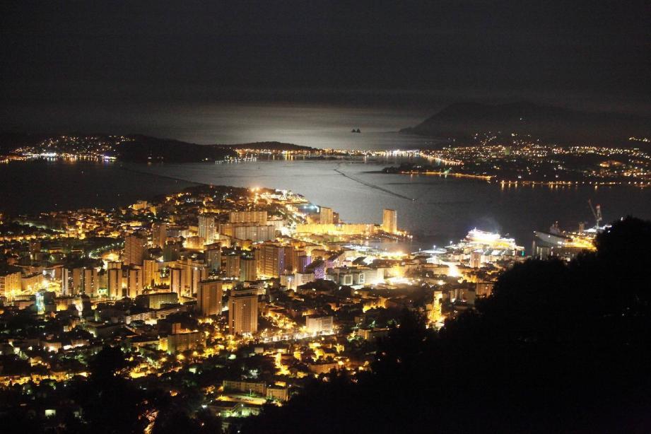 Vue de la rade de Toulon de nuit depuis le Mont Faron.