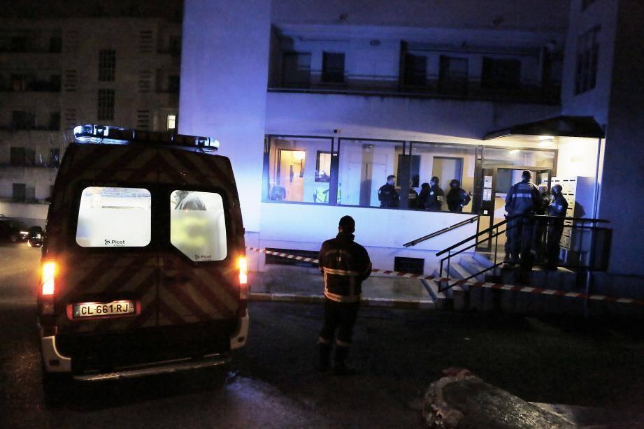 3 février : tué de trois balles  Règlement de compte, trafic qui a mal tourné, vengeance... La mort d'Alexandre La Torre reste un mystère. En partie du moins.  Âgé de 23 ans, il succombe dans le jardin de son appartement de Garbejaïre, à Valbonne,  après y avoir reçu trois balles. C'est sa mère qui découvre son corps dans l'après-midi du 3 février. Une semaine plus tard, trois personnes sont interpellées à Cannes dans l'immeuble « Le Tenerife », au numéro 113 du boulevard Carnot. Les gendarmes avaient alors arrêté deux femmes et un homme.  A l'époque, le procureur de Grasse avait refusé d'évoquer l'affaire. Et depuis... Plus rien. Le silence est toujours de mise dans une histoire que l'on annonce complexe.