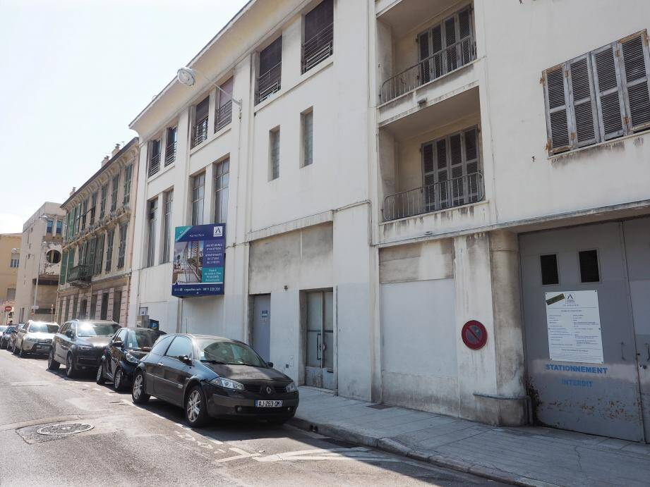 Au 25 de la rue Edouard Beri, ce bâtiment, ancienne propriété d'EDF, va être détruit pour laisser place à une résidence de standing de 27 logements.