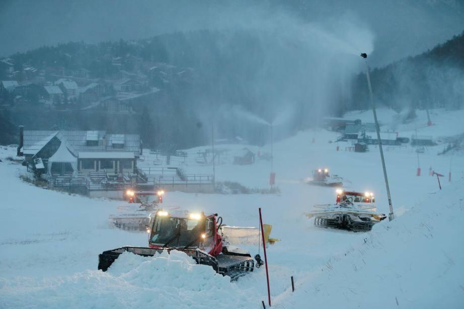 Les canons à neige ont sauvé le début de saison de nombreuses stations (ici Auron).