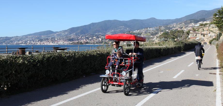 La piste cyclable sur l'ancienne voie ferrée longe la mer sur  24 km