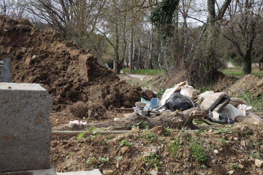 Chemin de la Valmasque, les boues, arbres et branchages, ainsi que les déchets drainés par les inondations, attendent toujours d'être enlevés.