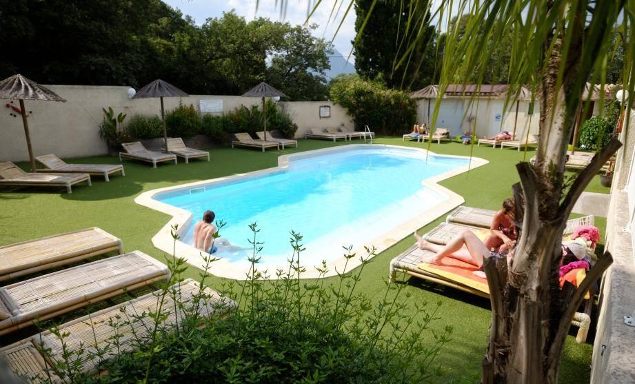 La piscine est chauffée par des panneaux solaires et une pompe à chaleur afin de diminuer la consommation d'énergie électrique.