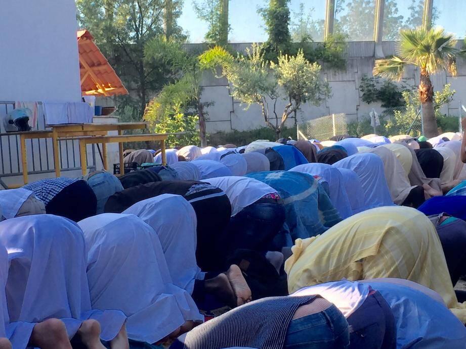 Les hommes ont prié dans la cour extérieure et sur le parking situé à l'arrière de la mosquée.
