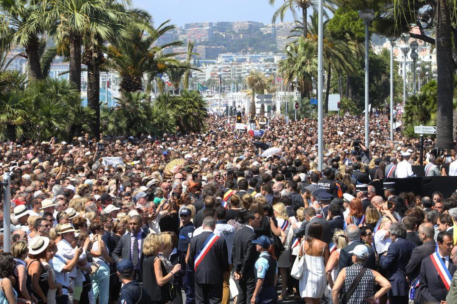 Quelques instants avant de fendre la foule sous les huées, fin de matinée déjà tendue en mairie de Nice pour Manuel Valls malgré la présence du gardien des Bleus, Hugo Lloris (ci-dessous).