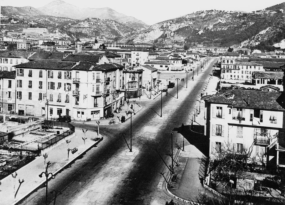 On est en 1936. Le boulevard Saint-Roch est en pleine construction. Le quartier change de visage, mais gardera son âme.