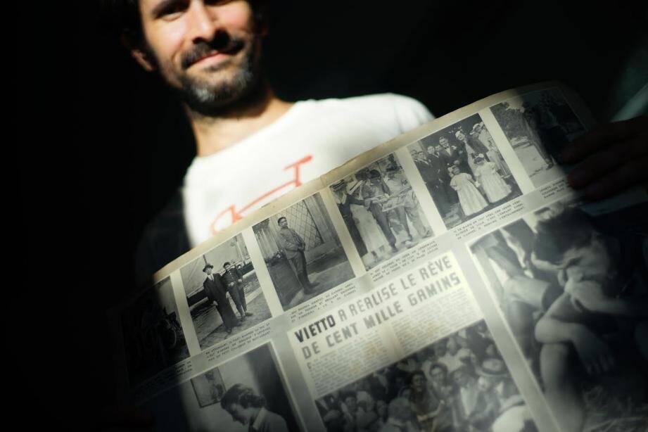 Julien Camy consulte le Paris-Match du 27 juillet 1939, avec quatre pages consacrées à René Vietto. Le documentariste recherche encore tout document et témoignages sur le cycliste cannettan.