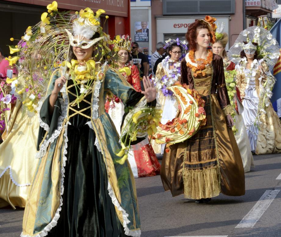 Huit jeunes filles parées de bijoux fleuris, l'Académi dou miejou et ses danseuses au mât de Cocagne ou ses musciens, l'Espérance ont animé les rues boccassiennes hier matin.