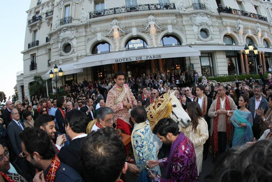 En avril 2011, au cours d'un extravagant mariage indien, le marié, Gaurav Assomull, avait traversé la place du Casino à cheval pour rejoindre sa promise à l'hôtel Hermitage.