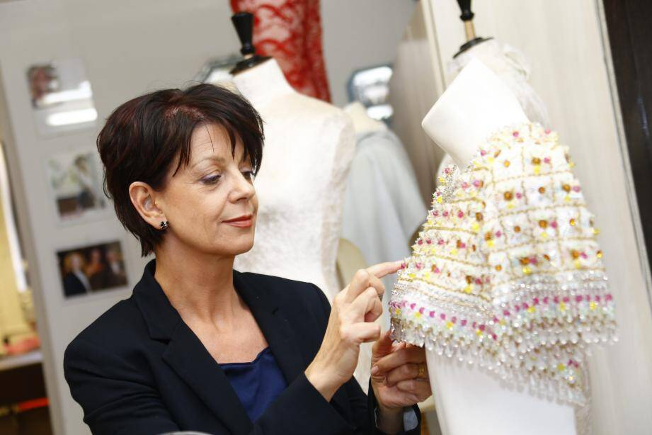 Aline Buffet, maître artisan d'art, meilleur ouvrier de France, enseigne la haute couture au sein de son école privée ou en formation continue, rue d'Alger