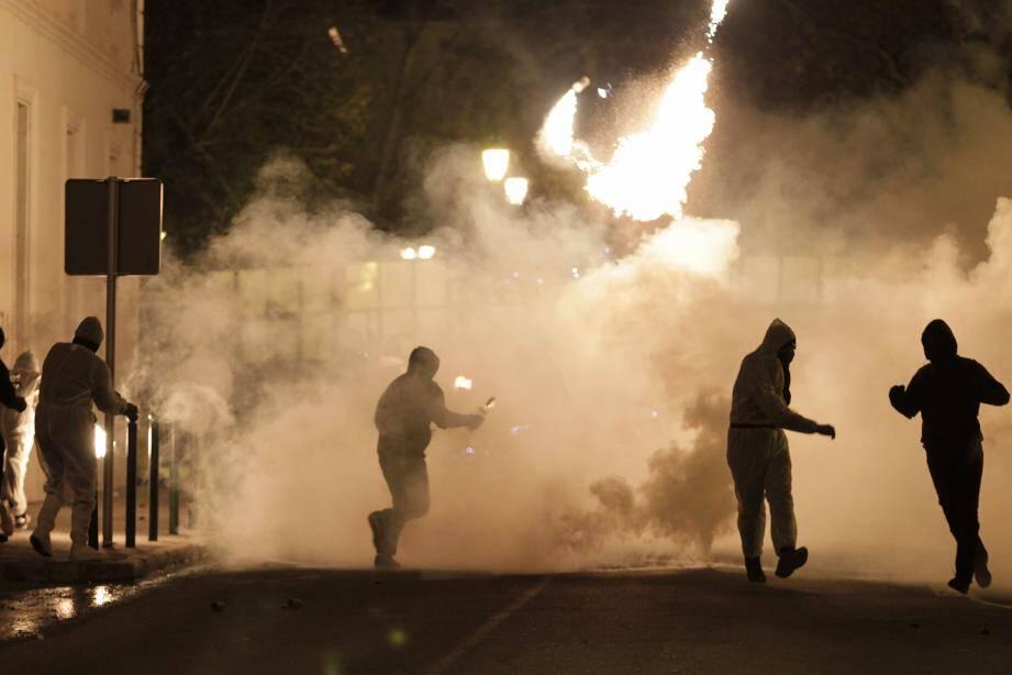 Des individus cagoulés ont jeté des cocktails molotov sur les forces de l'ordre