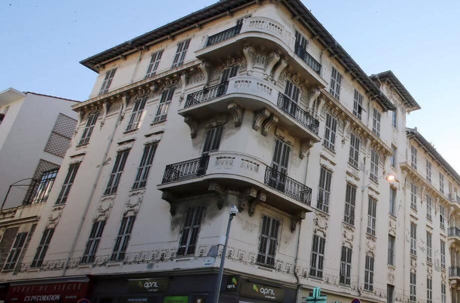 Même en plein centre-ville des immeubles entiers sont vides, comme ici rue de l'Hôtel-des-Postes à Nice.