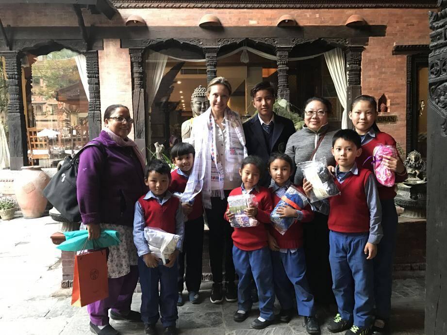 Nancy Dotta, présidente fondatrice de Namaste depuis 2009, parmi les villageois dans la région de Rigaon, au Népal. A droite, de haut en bas : Jean-Marc Nowak a travaillé trois semaines en mars, avec des maçons, pour reconstruire des maisons. L'éducation : une priorité pour les Népalais et pour l'association Namasté. La longue chaîne de solidarité commence avec ces jeunes enfants qui, le soir après l'école, cassent les pierres pour en faire du gravier qui servir à construire des maisons en au béton.