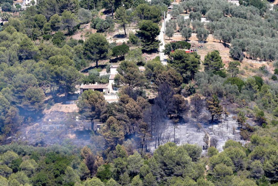 Le feu a pris en contrebas d'un lotissement et a menacé une habitation.
