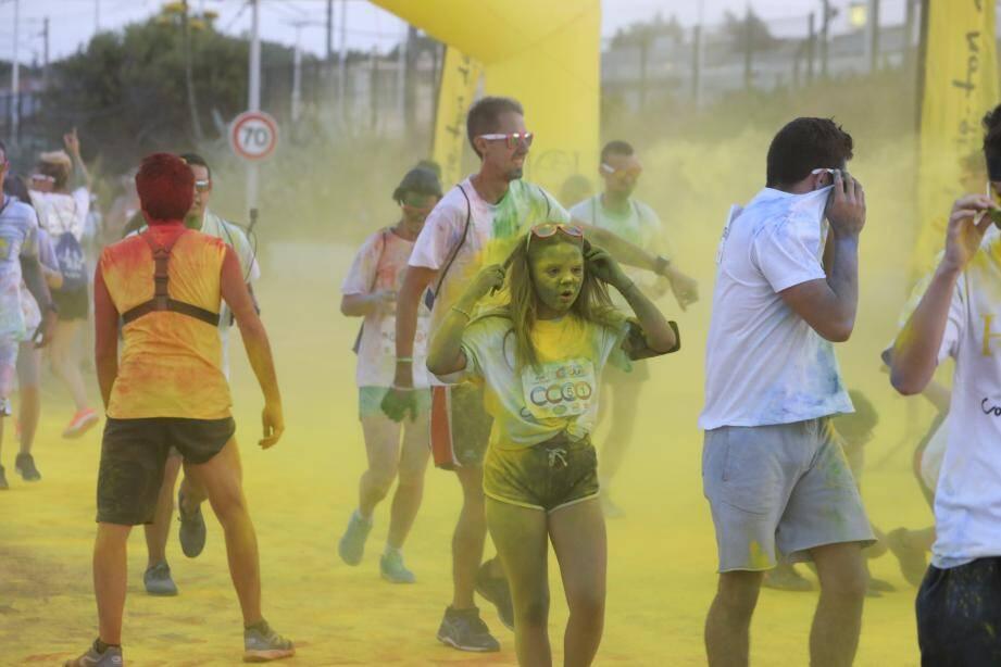 Ils sont venus nombreux pour la Holi Run ! Entre amis, en famille, tous les runners ont été saupoudrés de couleurs. Chronométrés (ci-dessus, les trois vainqueurs) ou non, les quelque 2000 participants ont couru sous une bannière arc-en-ciel avec comme mot d'ordre le plaisir de s'amuser.