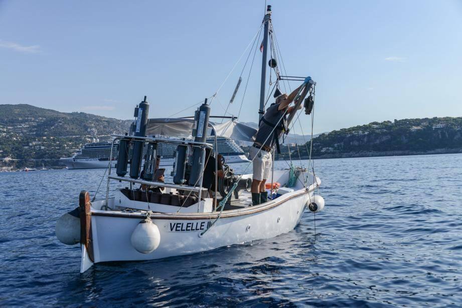 L'équipe du laboratoire d'océanographie de Villefranche (CNRS-UPMC) prend des mesures à l'entrée de la rade.