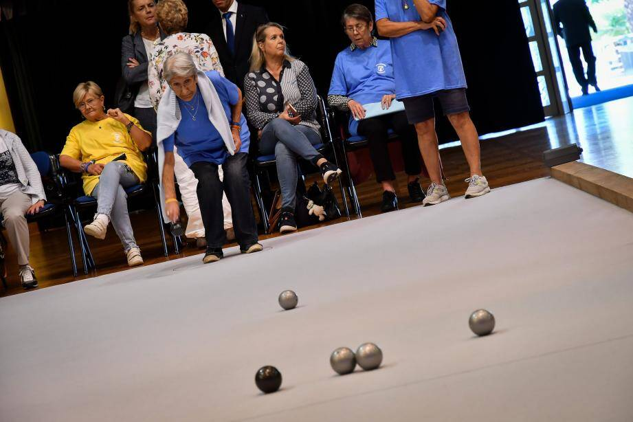 Trois terrains de pétanque avaient été déroulés, pour jouer avec des boules… en PVC.