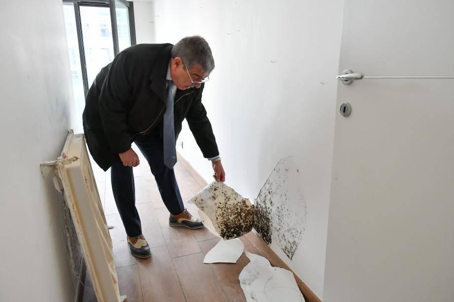 Albert Croesi montre la moisissure qui imprègne les murs. Les tuyaux d'eau sont déjà vert-de-gris, signe d'oxydation excessive. Sur la façade, les acrobates testent l'étanchéité à grande eau. Le hasard n'a plus sa place.