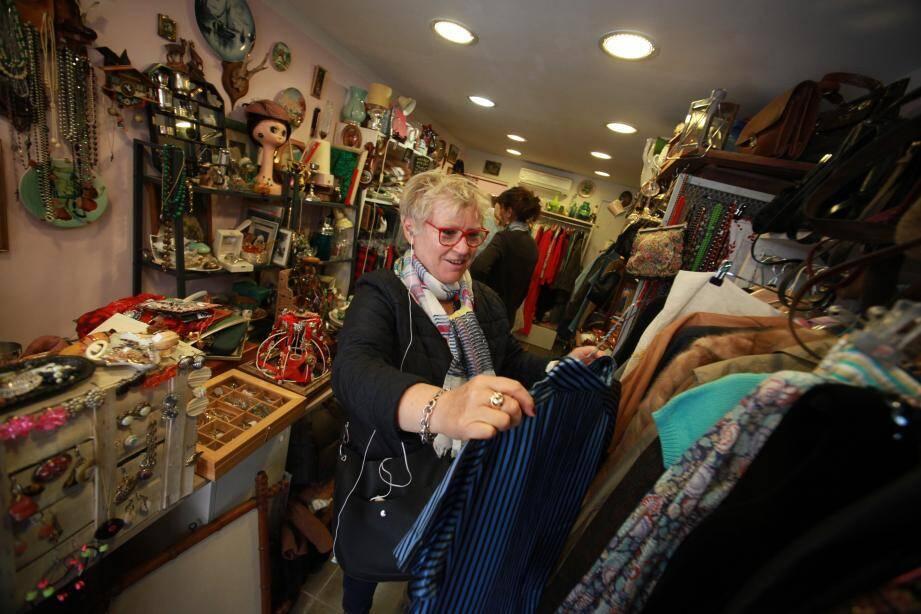 """Chez Noush, une friperie chic de Toulon, les clients apprécient la """"qualité"""" des vêtements rétro."""