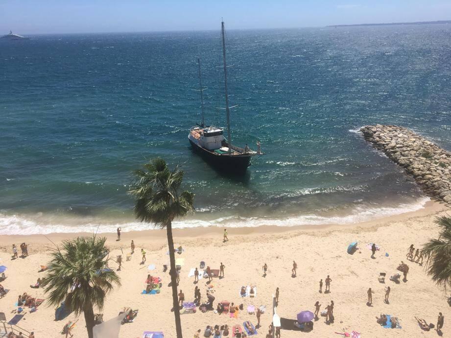 Le voilier poussé vers la plage.