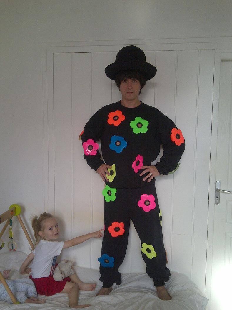 Julien Ribot en perpétuelle floraison artistique, ici avec sa fille Coco.