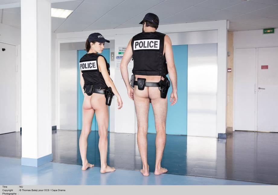 Surprenant uniforme ! Mais c'est bien la tenue des policiers dans ce monde où la transparence est poussée à son paroxysme.