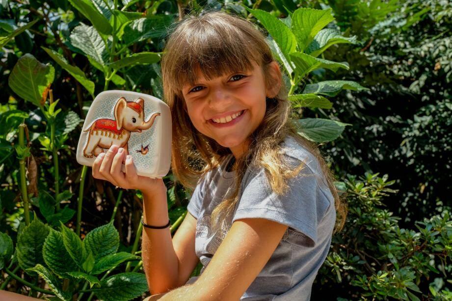 Mélia utilise son argent de poche pour acheter des fournitures scolaires aux enfants dans le besoin.