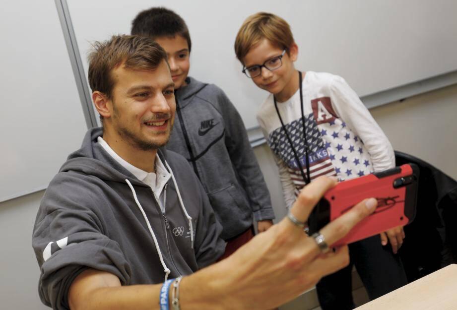 Christophe Lemaitre s'est prêté à l'exercice des selfies avec les élèves du collège César.