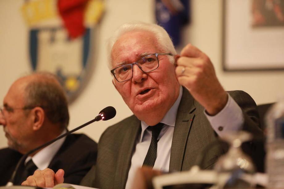 Le maire Jean-Pierre Giran (à gauche) et les groupes d'opposition de Jacques Politi (en haut à droite), William Seemuller (au centre) et Hyères Bleu Marine (en bas à droite)