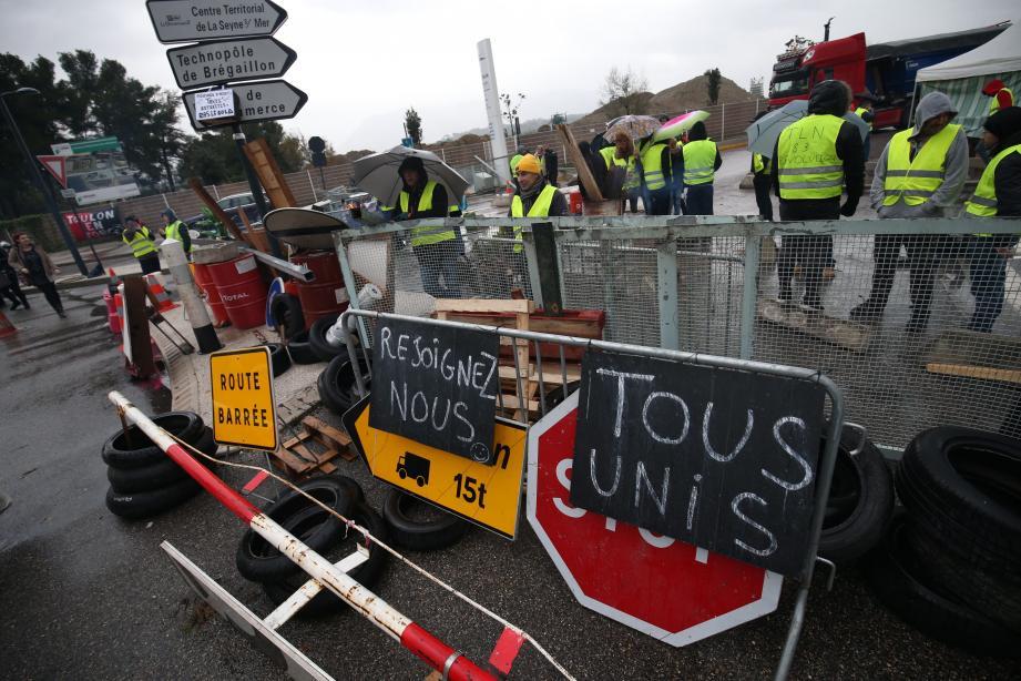 L'accès au port de commerce de Brégaillon, bloqué depuis jeudi soir.