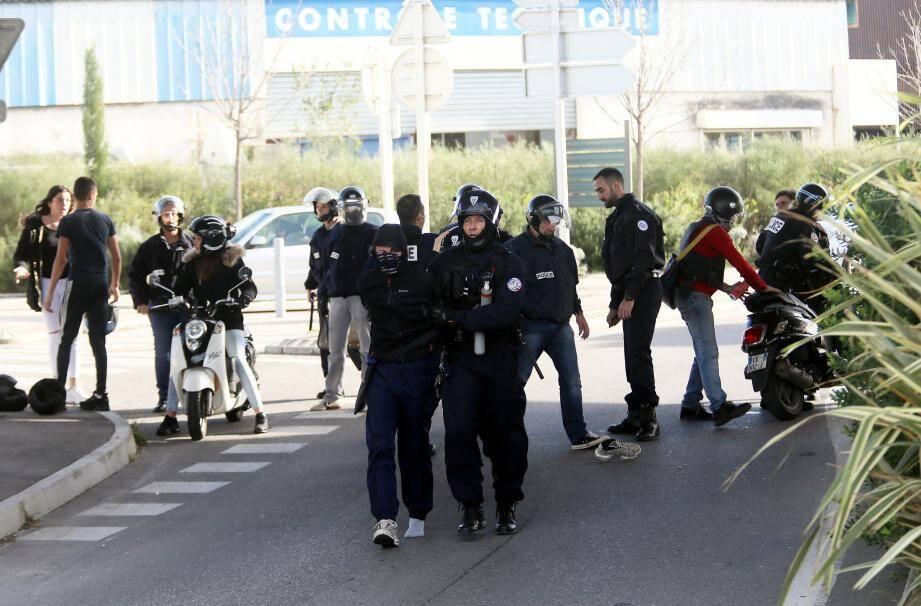 Interpellations, magasins pillés, barricades incendiées : la journée, commencée sous les auspices d'une manifestation pacifique, a vite dégénéré.