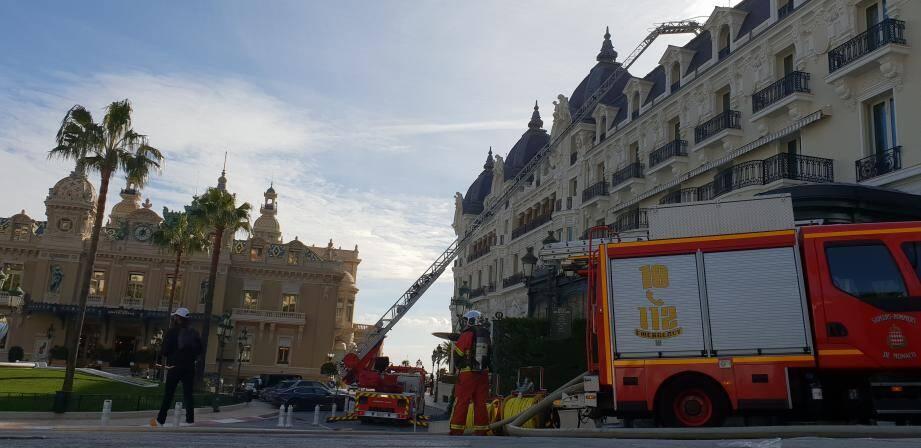 La grande échelle déployée devant l'Hôtel de Paris.