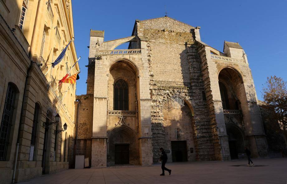 Sur le parvis Charles-d'Anjou, les façades de la basilique et de l'hôtel de ville claquent d'un jaune doré en fin d'après-midi. Autour, on visite le cloître et son jardin ainsi que le quartier de la Juiverie qui est le plus ancien du village.