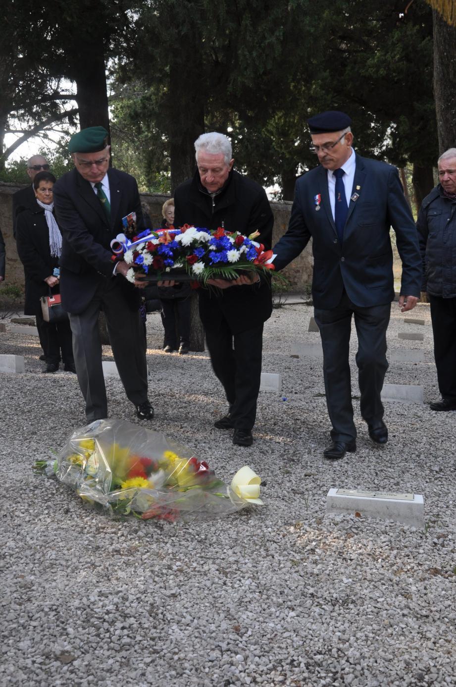 Jean-Pierre Poisson, président de l'Union Nationale des Combattants et Jean Kuhlmann conseiller aux affaires patriotiques de Saint-Mandrier, ont rendu hommage au poilu Victor Belletrini.
