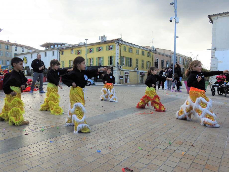 L'ensemble de l'école vietnamienne d'arts martiaux a effectué une boucle depuis le parvis de la Basilique, où les nombreuses et spectaculaires démonstrations ont ravi de très nombreux spectateurs.