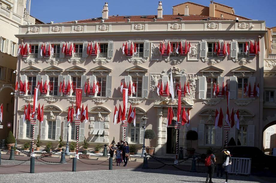 Un peu partout, en Principauté, le drapeau chinois flirte avec celui de Monaco, comme ci-dessus aux abords de la place du Palais. A l'hôtel Hermitage, une tente blanche a été dressée pour, peut-être, accueillir le président chinois pour une halte.