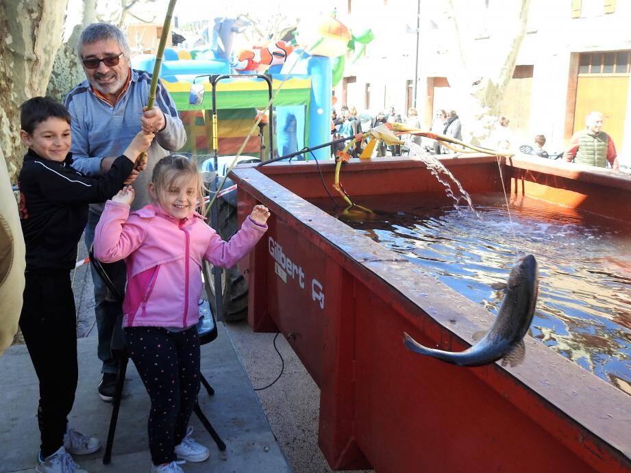Guilla, 5 ans, et son frère Luca, 8 ans, ont fièrement ramené la truite à leurs parents.