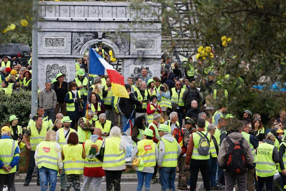 Des centaines de Gilets jaunes ont écouté les prises de paroles des leurs et de Jérôme Rodrigues au Cannet-des-Maures.