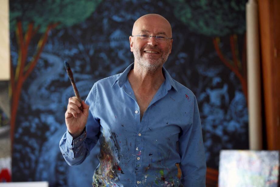 Pinceau à la main, Patrick Moya est en perpétuel mouvement dans son atelier du quai Antoine-1er.
